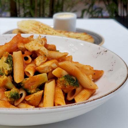 Penne con Pollo y Brócoli
