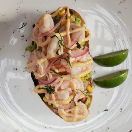 Tostada de Aguacate Camarones y Mayonesa Picante