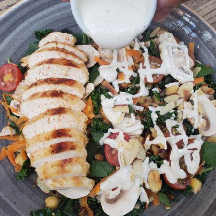 Bowl de Espinaca, Kale, Pollo y Tahini